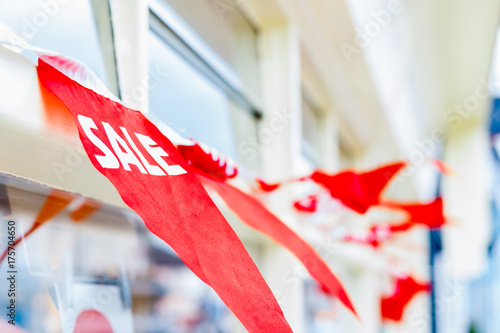 Photo  Selective focus, sale bunting displayed outside a shop