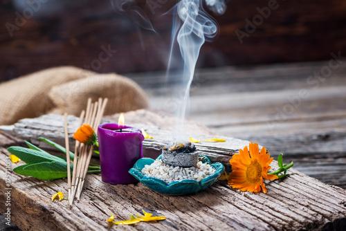 Räuchern - Räucherwerk - Weihrauch - Rauch - Kräuter - Salbei - Ringelblume - Thymian - Zeremonie - Räucherstäbchen