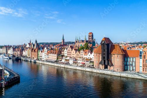 Plakat Stare Miasto w Gdańsku z najstarszym średniowiecznym żurawiem portowym (Żuraw) w Europie, kościołem Mariackim, wieżą ratuszową i rzeką Motławą. Widok z lotu ptaka, wcześnie rano.