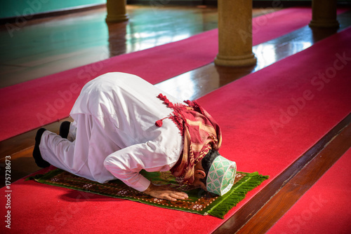 Plakat Islam muzułmanin człowiek w sukni niestandardowych, modląc się w meczecie