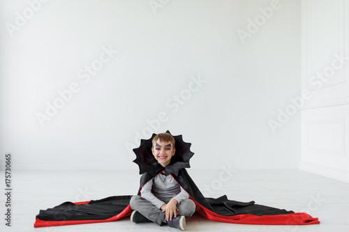 Plakat Śmiech halloween chłopiec z nietoperza jak kołnierz na plakaty