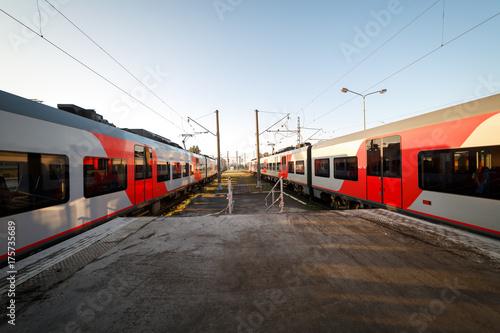 Zdjęcie XXL Pociągi na peronie stacji