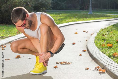 Plakat Urazy kostki i ból podczas joggingu / ćwiczeń na świeżym powietrzu.