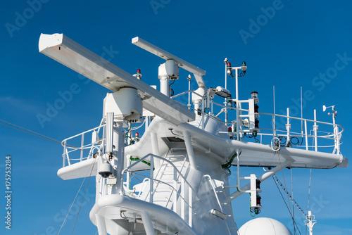 Fotografía Radar antenna on the mast of a cruise ship