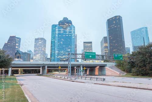 Photo Downtown Houston from Allen Parkway near Sabine street at blue hour
