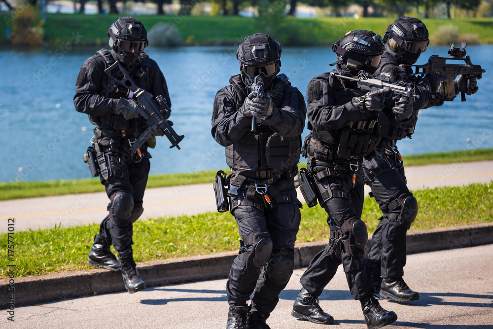 Fototapety, obrazy: Special forces tactical team of four in action
