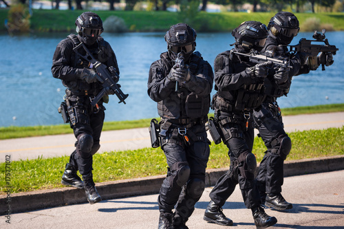 Fotografía  Special forces tactical team of four in action