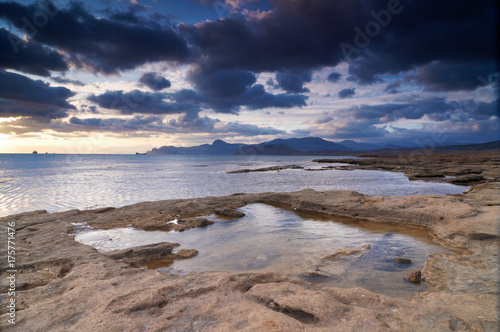 Papiers peints Morning Glory Colorful summer seascape. rocky coast at sunset
