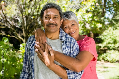 Foto  Senior couple embracing each other in garden on a sunny day
