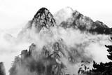 Poranna mgła w parku narodowym Haungshan w Chinach (wersja czarno-biała) - 175809655