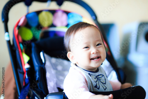 Fotografie, Obraz  ベビーカーに乗っているかわいい赤ちゃん