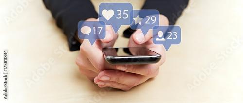 Obraz Hände an Smartphone auf sozialen Netzwerken - fototapety do salonu