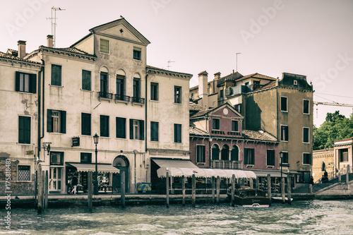 Plakat Historyczni budynki na bankach kanał grande w Wenecja.
