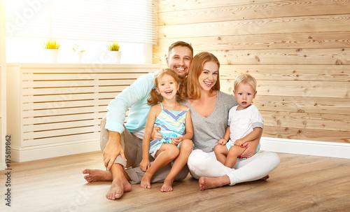 Plakat cept obudowa młodej rodziny. ojciec matki i dzieci w nowym domu.