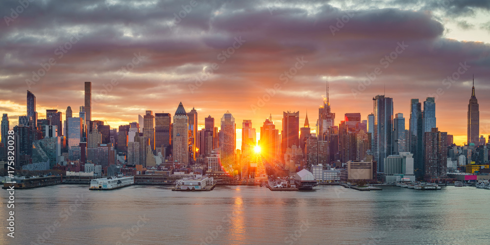 Fototapety, obrazy: Cloudy sunrise over Manhattan, New York