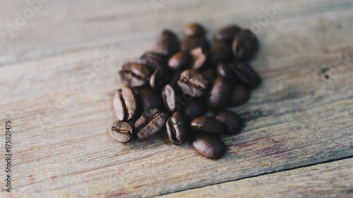Deurstickers koffiebar Coffee beans on wooden table in a coffee shop