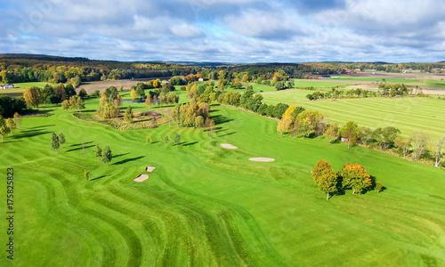 Plakat Piękny pole golfowe - jesieni widok z lotu ptaka