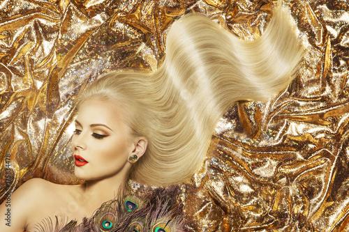 Plakat Modelka fryzura i makijaż uroda, kobieta macha złoty kolor fryzury i piękny makijaż, złoto tkanina tło