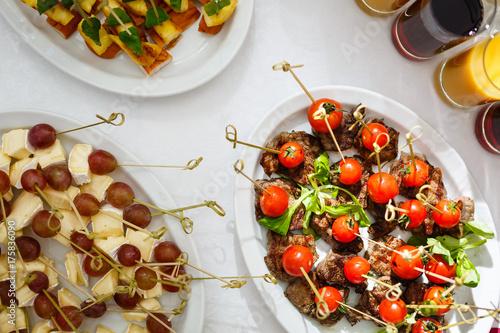 Zdjęcie XXL Wysuszeni pomidory zamykają w górę skewers pomidorowego cateringu
