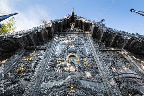 Fototapeta Wat Sri Suphan srebrna świątynia buddyjska wspaniały kontrast z błękitem wieczornego nieba