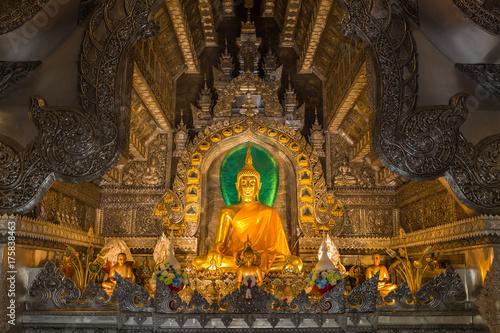 Plakat Złota buddyzm rzeźba ustawiająca w srebnym świątynnym Wacie Srisuphan, Chiang Mai, Tajlandia