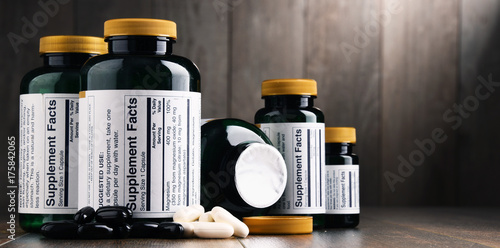 Fotografia  Composition with dietary supplement containers. Drug pills