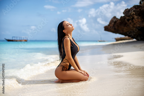 Obraz Perfect girl in a sexy swimsuit in tropical island - fototapety do salonu