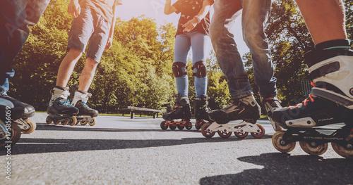 Fotografía  Legs wearing roller skating shoe. Outdoors. Skatepark