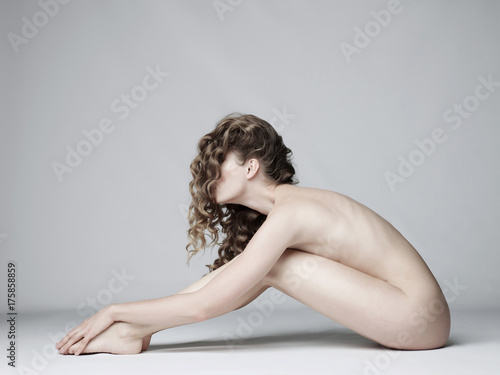Foto op Plexiglas womenART Nude woman with elegant hairstyle on gray background