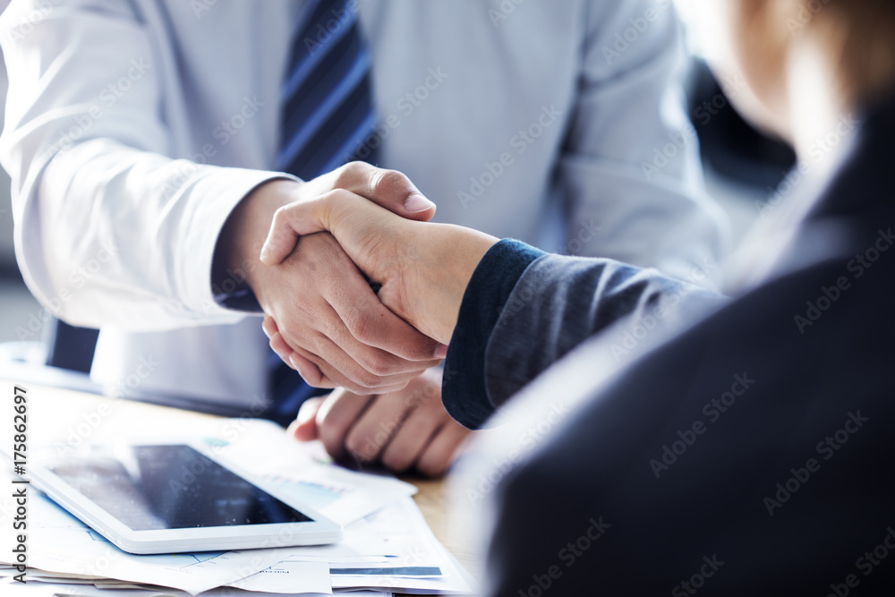Fototapety, obrazy: Business handshake in the office