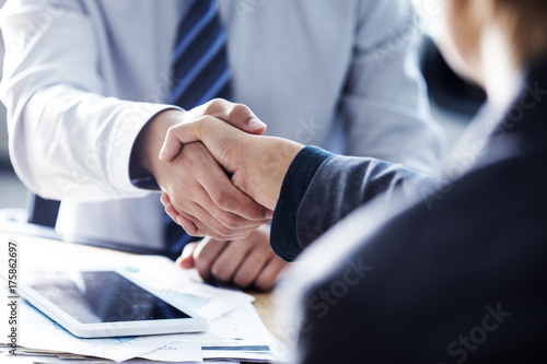 Canvastavla  Business handshake in the office