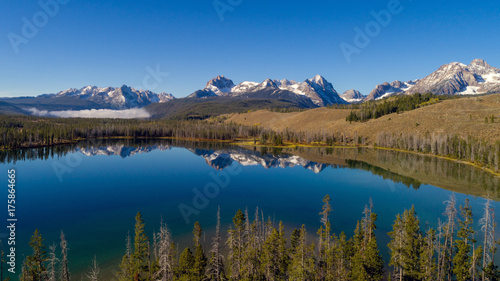 Fotobehang Bergen Unique view of Little Redfish Lake and the Sawtooth Mountains Idaho