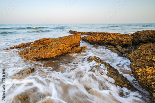 Plakat Surfuj po wybrzeżu Costa de la luz w Andaluzji