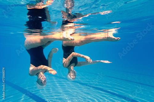 Zdjęcie XXL Zsynchronizowany duet pływacki