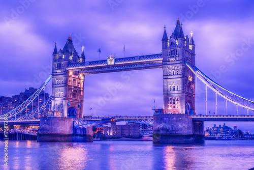 Obraz na dibondzie (fotoboard) Londyn, Wielka Brytania: Tower Bridge na Tamizie w nocy