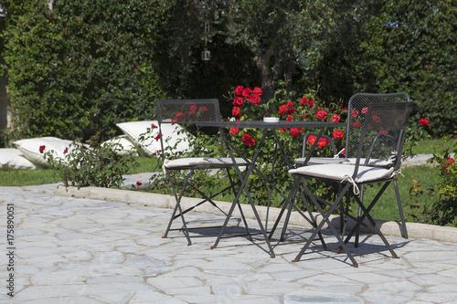 Staande foto Marokko Tavolino di ferro in giardino