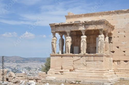 Foto op Aluminium Athene Baldaquin de l'Érechthéion, sur l'acropole d'Athènes avec ses cariatide ou caryatide, «femmes de Caryes »