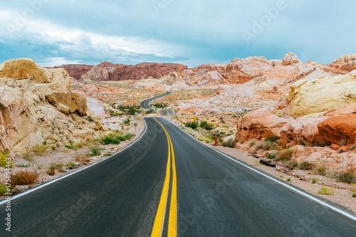 Fototapeta niesamowita pustynna droga w dolinie ognia, nevada