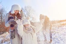 Familie Beim Spielen Im Winter Im Schnee