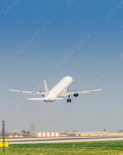 Plakat Samolot startuje na lotnisku.