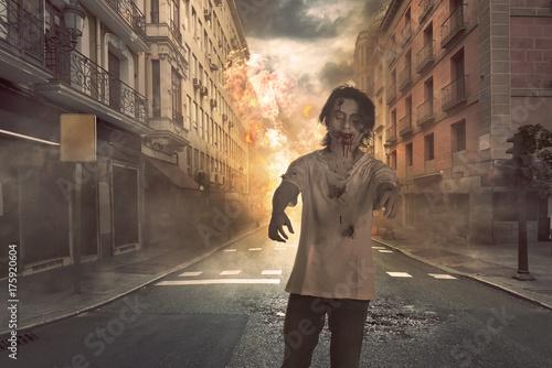 Plakat Przerażający azjatykci zombie mężczyzna z krwią w jego twarzy odprowadzeniu