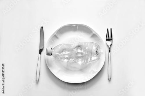 Tavola Da Mangiare.Bottiglia Di Plastica Pronta Da Mangiare Un Rifiuto Plastica