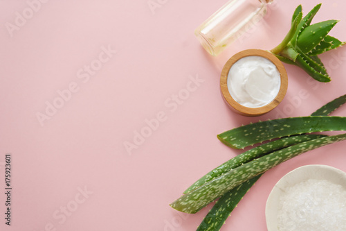 Fotografiet aloe vera and cosmetic ingredients on pink background