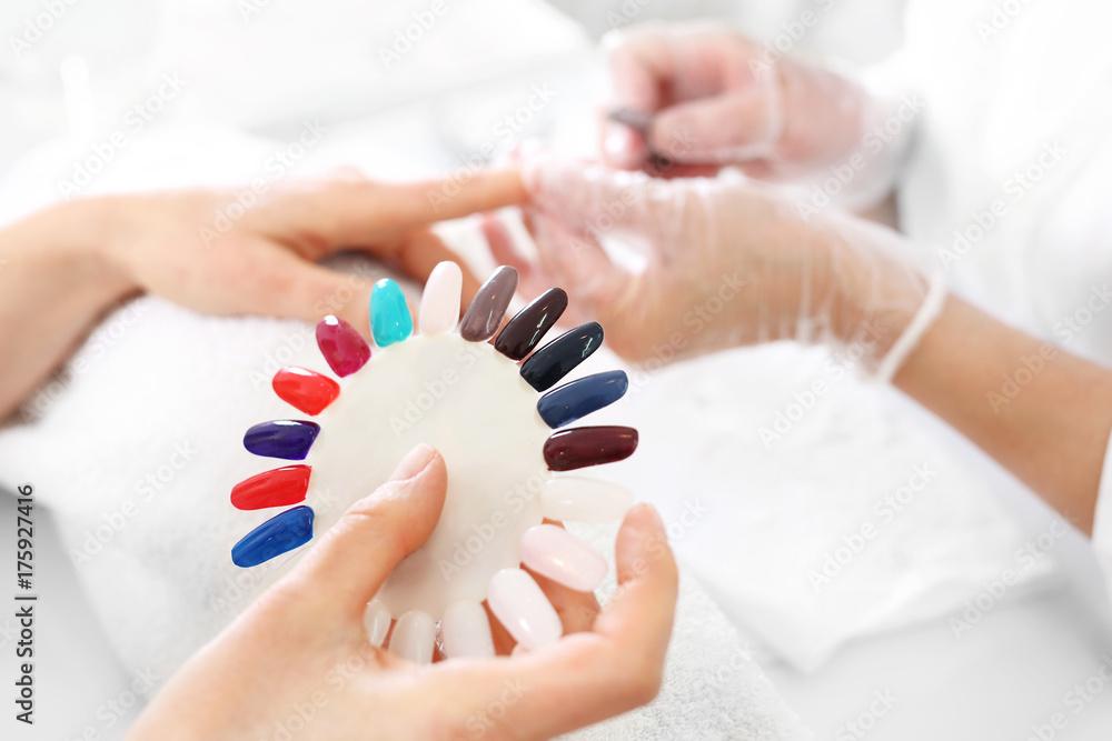 e406d603ea4816 Fotografia Kolorowe lakiery do paznokci. Kobieta trzyma próbnik kolorów -  Kup na Posters.pl