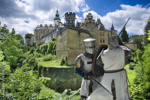Plakat Średniowieczni walczący rycerze przed gotykiem i renesansowym stylu kasztelem w Frydlant, republika czech