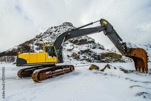Plakat Wielki żółty ekskawator na tle zima krajobraz