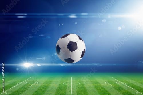 Zdjęcie XXL Piłki nożnej piłka na stadium piłkarski z jaskrawym lekkim racą w nocy