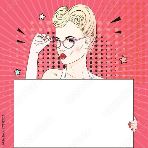 Plakat Komiks Pop art blond włosy twarz kobiety z pocałunkiem usta trzyma jej okulary biały sztandar. Ilustracji wektorowych.