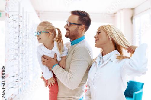 Plakat Rodzina w sklepie optycznym