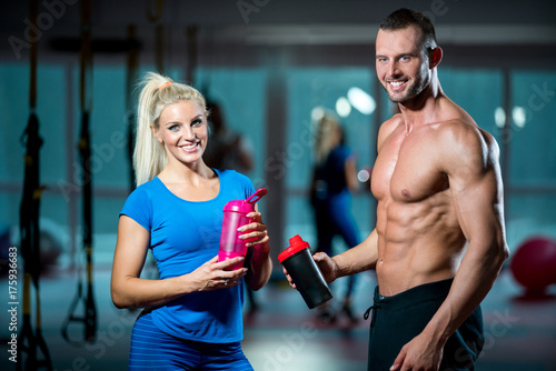Foto op Plexiglas Fitness man and woman with protein shake at gym